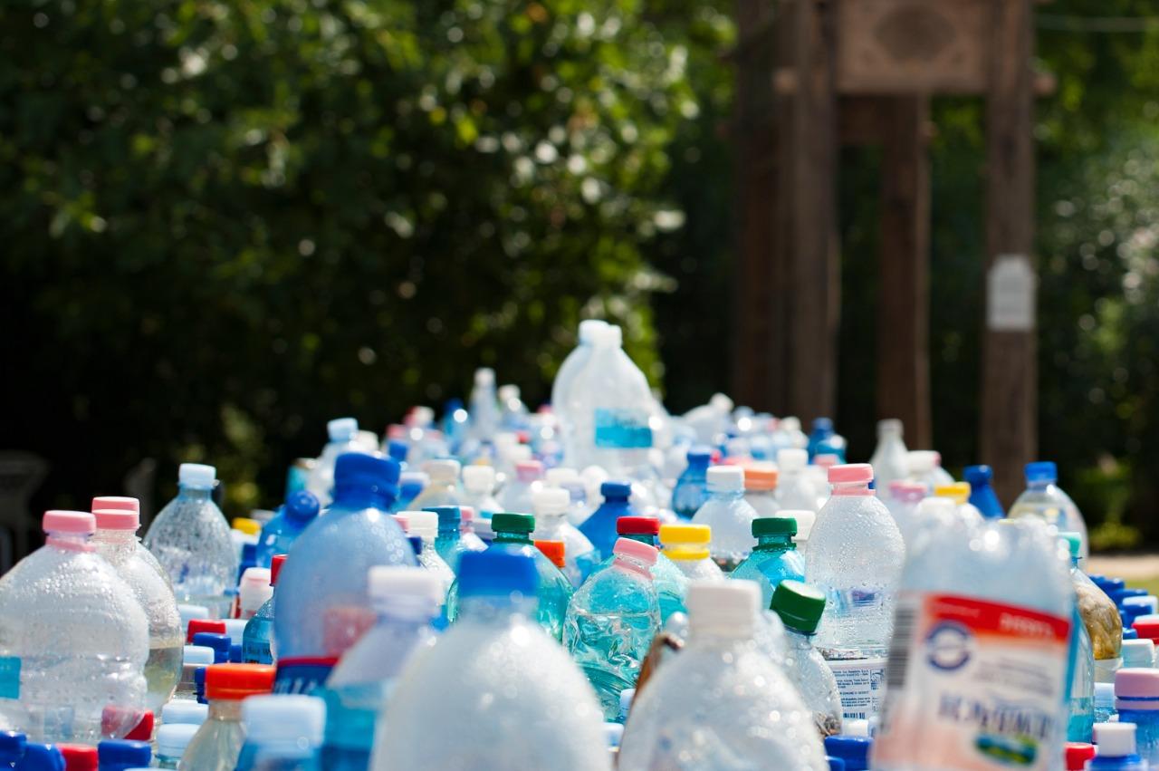 Mostrar o lixo causado pelos consumo do plástico
